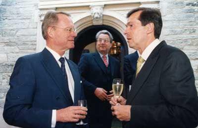 Einstimmung: Laudator Henkel (l.) trifft Aventis-Oberhaupt Jürgen Dormann. Im Hintergrund: Dieter Hundt, Präsident der Bundesvereinigung der Deutschen Arbeitgeberverbände (BDA).