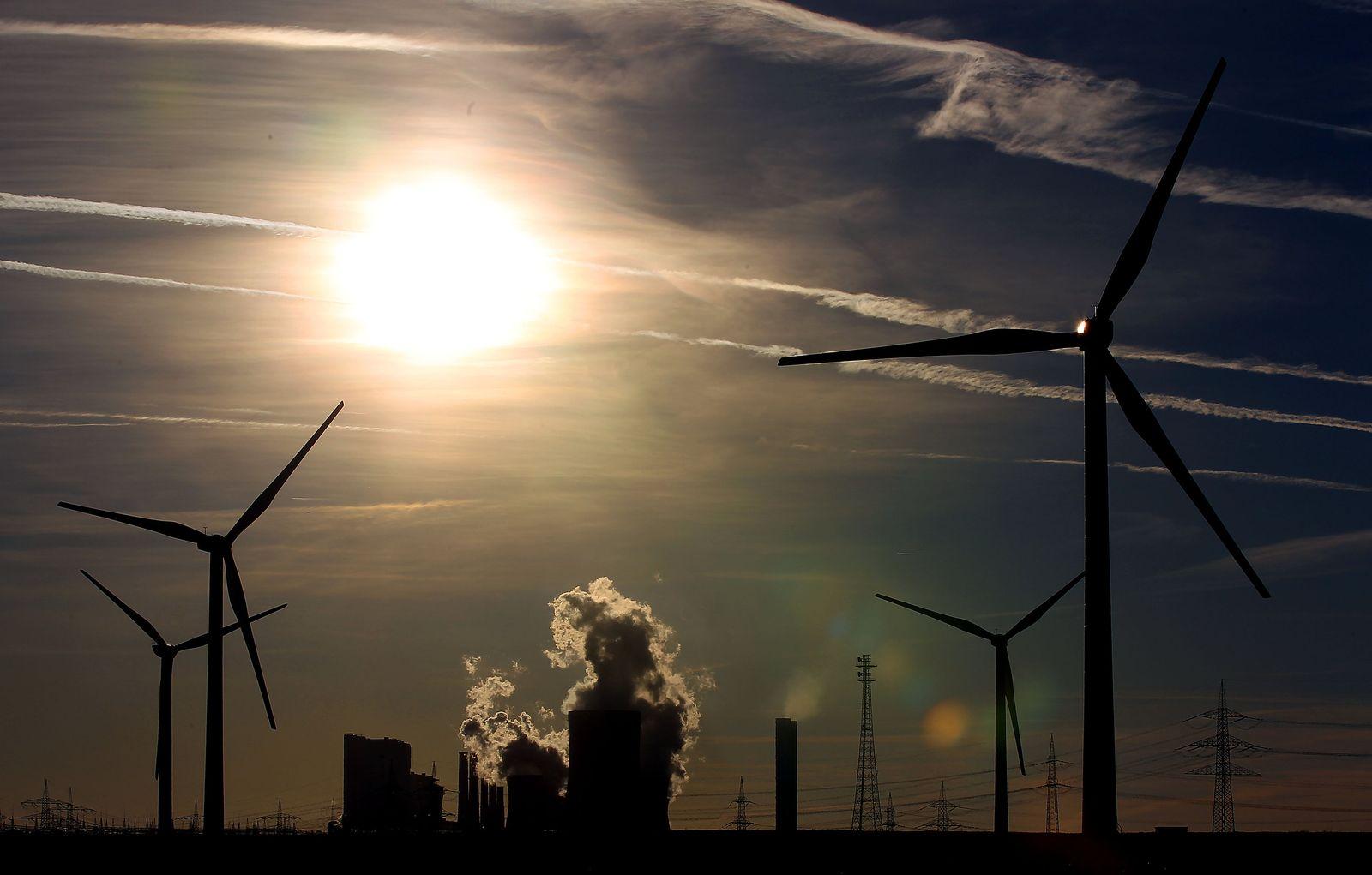 Windräder vor RWE-Kraftwerk Niederaußem