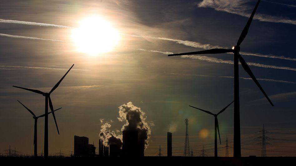 Windräder vor RWE-Braunkohlekraftwerk: Der Versorger setzt verstärkt auf grüne Energien
