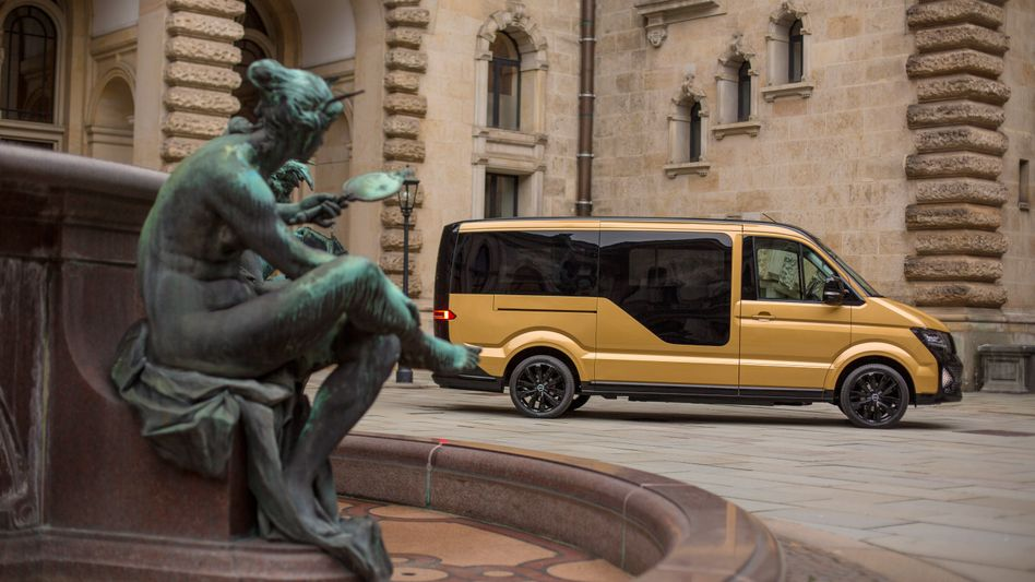 Elektrobus des Sammeltaxidiensts Moia vor dem Hamburger Rathaus