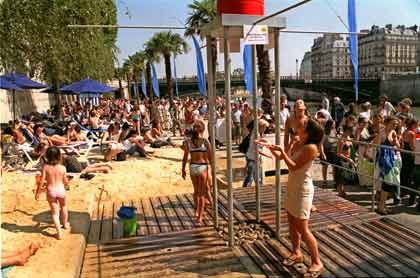 """Sogar Duschen können die Sonnenhungrigen direkt am Flussufer: Beachclub """"Paris-Plage"""""""