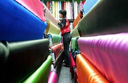 Stoffverkäuferin in Peking: Exportzölle für T-Shirts für nichtig erklärt