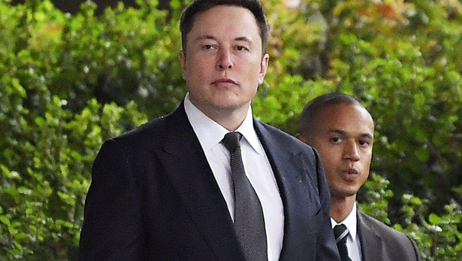 Elon Musk: Der Tesla-Chef macht sich mit einem Tweet um Milliarden Dollar ärmer, will fast allen physischen Besitz verkaufen - und handelt sich Ärger mit der Börsenaufsicht SEC ein