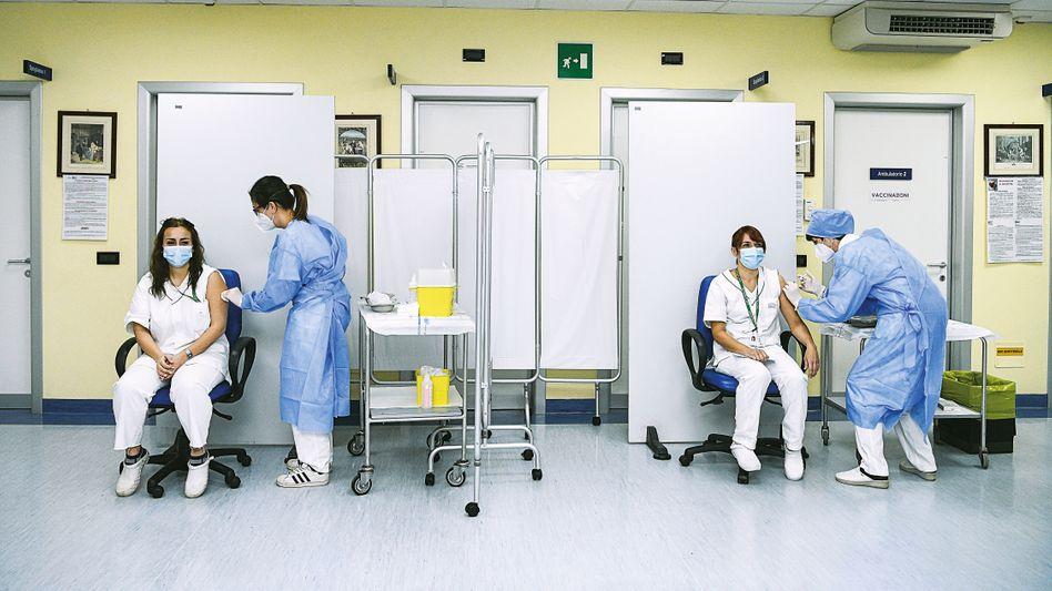 Italienische Krankenschwestern erhalten im Dezember 2020 den Impfstoff von Pfizer und Biontech