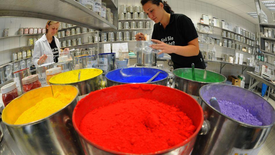 Mitarbeiterinnen einer Kunststofffirma: Immer mehr Bundesbürger haben einen Job