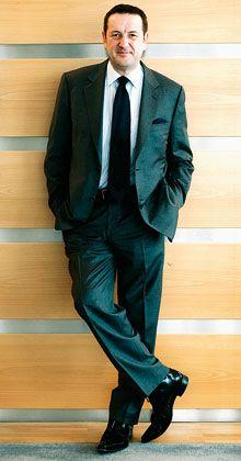 Manny Fontenla-Novoa Herkunft: Manny (eigentlich: Jesús Manuel) Fontenla-Novoa wurde am 13. Mai 1954 in Galizien geboren. Mit elf Jahren kam er nach England. Karriere: Fontenla begann mit 18 Jahren in der Verwaltung des Reiseunternehmens Thomas Cook. Mit 34 wechselte er zu einem Konkurrenten. Später war er an der Neugründung eines Reiseveranstalters beteiligt. 1996 kehrte er zu Thomas Cook zurück. Seit dem 12. Dezember 2006 ist er Vorstandsvorsitzender des Konzerns, der inzwischen zu KarstadtQuelle gehört. Privat: Fontenla ist verheiratet und hat vier erwachsene Kinder. Er liebt schnelle Autos, reist gern und schwärmt seit früher Jugend für den Fußballverein Chelsea London. Er fühlt sich in England heimisch, ist aber spanischer Staatsbürger.