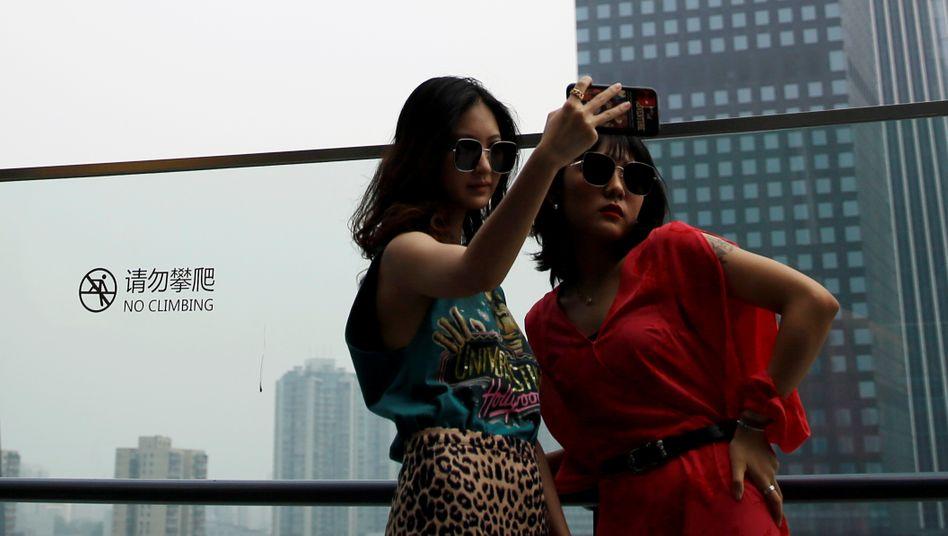 Besucherinnen einer Shoppingmall in Peking am 16. Juli 2020