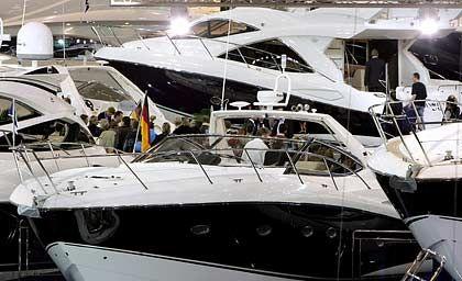 Schwarz-weiß: Motorkreuzer auf der Boot