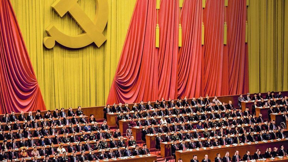 """ROTER OKTOBER Chinas KP ergänzt beim 19. Parteitag im Herbst 2017 ihr Statut und definiert den Sozialismus neu: """"mit chinesischen Kennzeichen für eine neue Ära"""". Sie glaubt damit, dem Westen überlegen zu sein."""