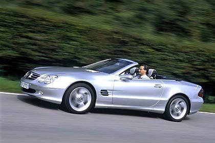 Mercedes SL: Der SLK hat offenbar nicht nur Anleihen beim großen Bruder genommen, sondern dem SL auch Käufer abspenstig gemacht. 2004 brach der Deutschland-Absatz beim großen Roadster um satte 44 Prozent ein. Nur noch gut 3600 Kunden ließen sich von der 50-jährigen SL-Historie zum Kauf anregen.