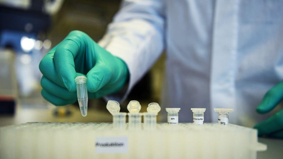 CureVac-Mitarbeiter im Labor