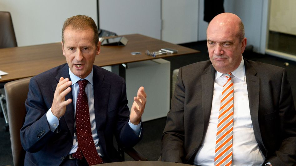 """VW-Markenchef Diess (links, neben Betriebsratschef Osterloh): """"Soll ich gehen?"""" Antwort Osterloh: """"Nein."""""""