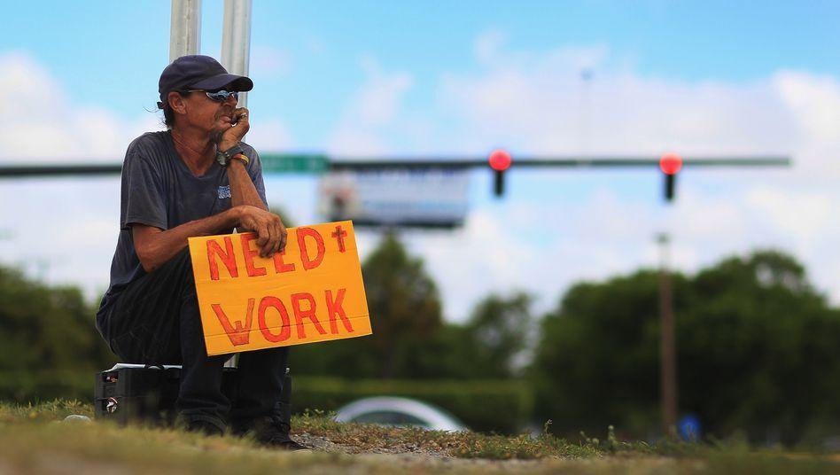 Millionen Menschen in den USA suchen Arbeit: Die hohe Arbeitslosenquote dürfte vorerst steigen. Denn von einer V-förmigen Erholung der Wirtschaft ist nicht auszugehen. Experten erwarten mit dem Auslaufen von Hilfsprogrammen deutlich mehr Firmenpleiten und damit auch mehr Arbeitslose.
