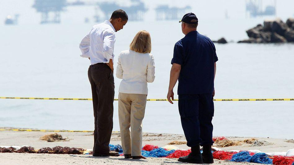 U.S. President Barack Obama (li.), Thad Allen (re.) und LaFourche Parish Presidentin Charlotte Randolph betrachten am 28. Mai 2010 die Auswirkungen der Ölkatastrophe durch die Deepwater Horizon.