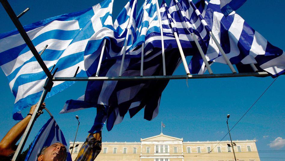 Fahnen vor dem Parlament: Regierungen in Athen haben schon viel versprochen, die geforderten Sparziele erreichten sie aber nicht
