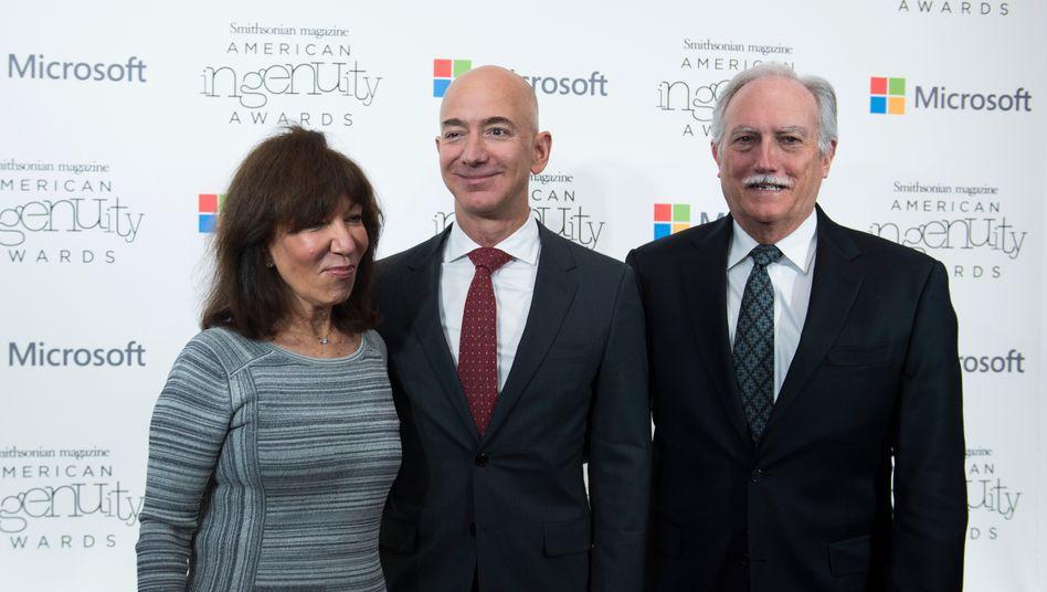 Ihr Bester: Jeff Bezos (Mitte) mit seinen Eltern Jackie und Mike anlässlich einer Preisverleihung.