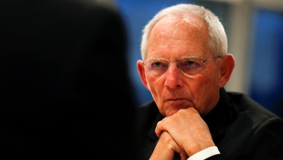 Bundestagspräsident Wolfgang Schäuble bezieht Position der Debatte um die Einschränkung von Grundrechten im Verlauf der Corona-Krise und warnt vor einer finanziellen Überforderung des Staates.