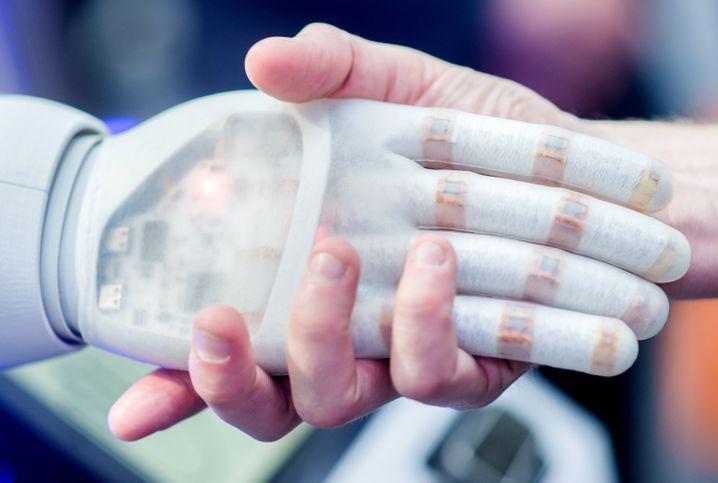 Hand in Hand mit der Technik: Künstliche Intelligenz kann Unternehmen erfolgreicher machen