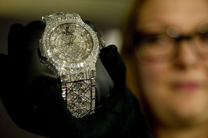"""Verfeinerung der Alltagskultur: Man kann eine tadellos funktionierende Uhr als Gratis-Dreingabe für ein Zeitschriftenabo bekommen - oder aber satte fünf Millionen Dollar für eine diamantbesetzte Hublot-Damenuhr ausgeben. Bei Sombart ist die Frau prägend für den """"esprit de finesse""""."""