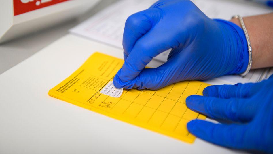 Impfausweis: Geimpfte und Genesene sollen von Ausgangs- und Kontaktbeschränkungen befreit werden