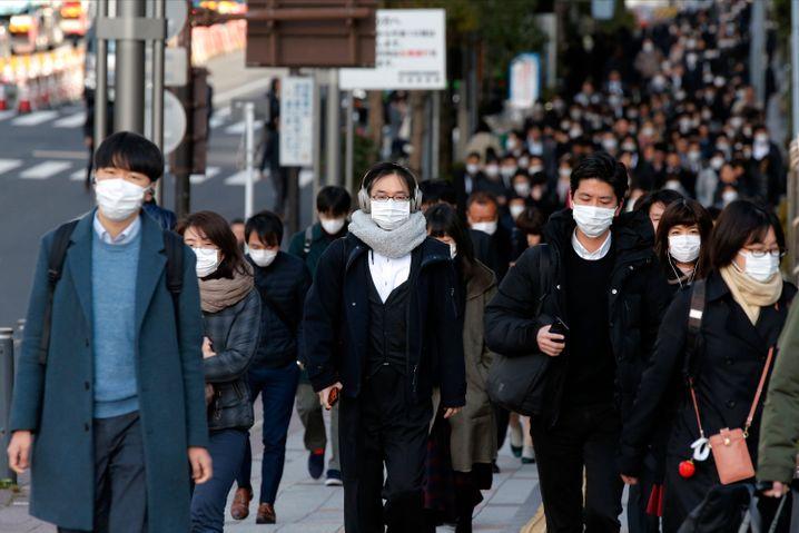 Auch in Japans Großstädten ist die Gesichtsmaske mittlerweile selbstverständliches Kleidungsstücke