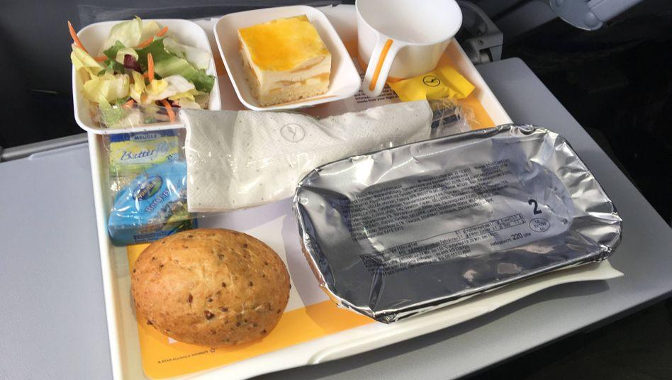 Lecker? Fluggäste der Lufthansa sollten sich von Donnerstag bis Samstag mal einen gesunden Apfel in die Tasche stecken. Denn die Bordverpflegung ist wegen eines Streiks in dieser Zeit auf vielen Flügen nicht sicher.