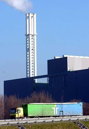 Einer von vielen: Trienekens-LKW vor Verbrennungsanlage
