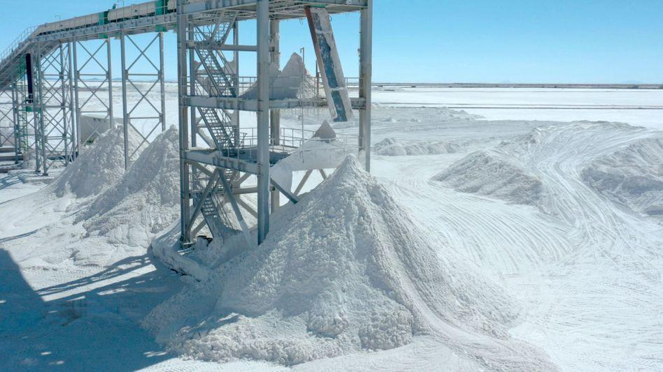 Salzstapel: Salz ist ein Nebenprodukt der Lithium-Gewinnung, so wie hier in der Uyuni-Salzebene Boliviens. Hier lagern die größten Lithium-Reserven der Welt, der Großteil des geförderten Lithiums wird derzeit noch in China verarbeitet.