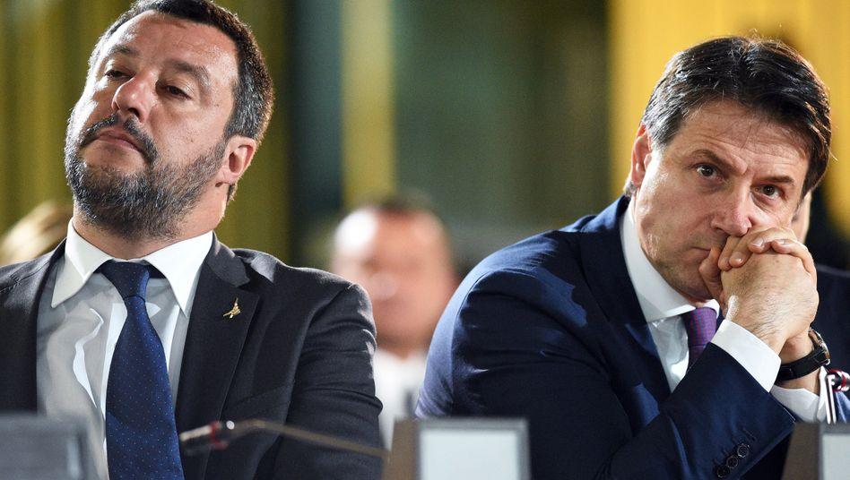 Regierungschef Conte (rechts), Innenminister Salvini (links): Lega-Chef Salvini hofft im Fall von Neuwahlen auf deutlich mehr Stimmen