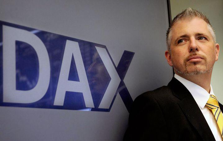 """Dirk Müller, bekannt als """"Mister Dax"""", ist Buchautor, Initiator eines eigenen Aktienfonds, Kolumnist und betreibt die Website Cashkurs.com. Seit mehr als zehn Jahren arbeitet er als Händler an der Frankfurter Börse."""