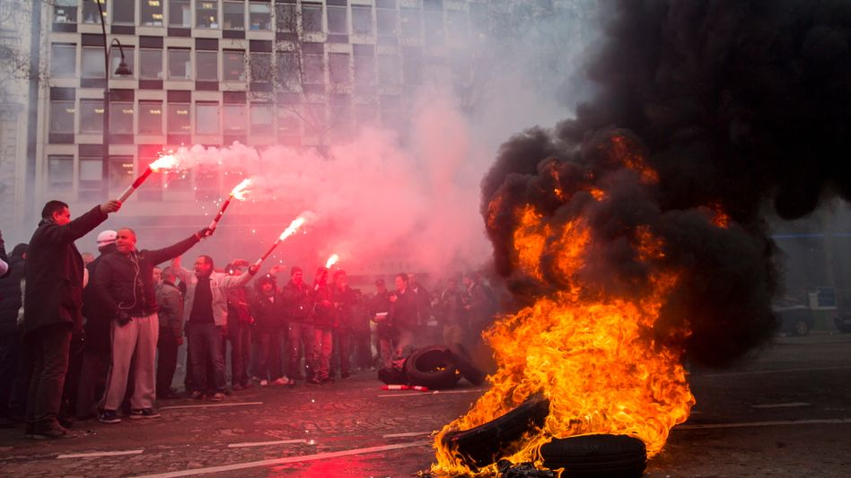 Mitarbeiter protestieren vor der PSA-Zentrale in Paris: Harter Gegenwind von den Gewerkschaften