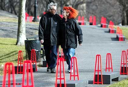 """Christo und Jeanne-Claude zwischen den Grundmarkierungen ihres Central-Park-Projekts """"The Gates""""."""