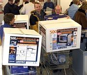 Interesse am guten Deal:Kunden mit Billigcomputern