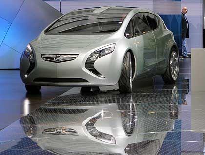 """""""Flextreme"""": Während GM in den USA noch nicht auf die neue Sparsamkeit eingerichtet ist, präsentiert die deutsche Tochter Opel die Studie eines Elektroautos"""
