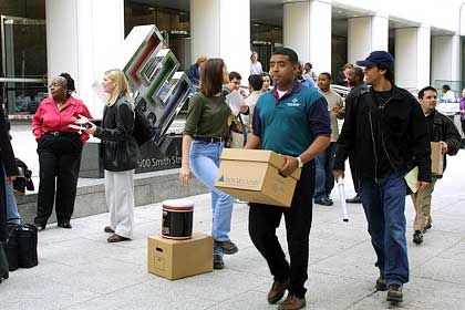 Schwere Last: Mitarbeiter des Pleitekonzerns Enron, ein McKinsey-Kunde, räumen ihre Büros