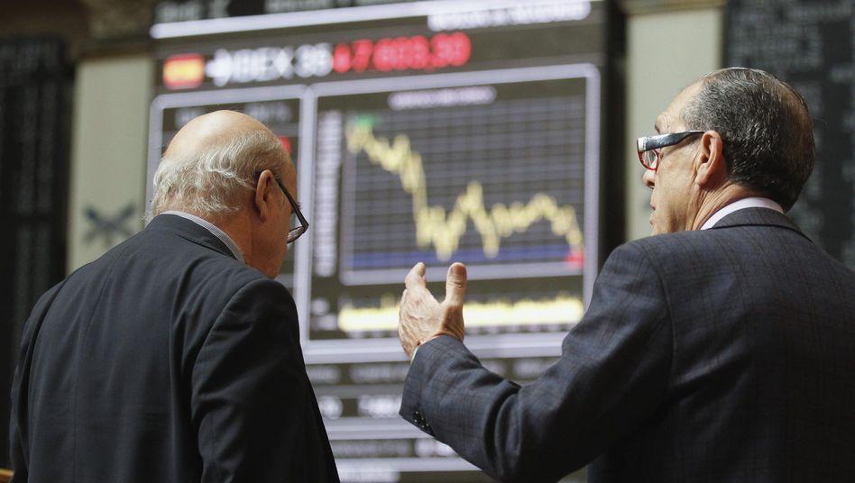 Händler an der Börse in Madrid: Das Land steckt noch tief in der Krise