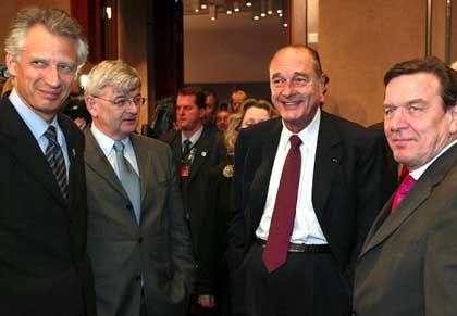 Die Anti-Kriegs-Fraktion: Frankreichs Außenminister Dominique de Villepin, Joschka Fischer, der französische Staatspräsident Chirac und Kanzler Schröder (v. l.)