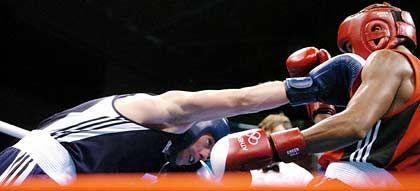 Schlagfertig: Box-Europameister Vitali Tajbert (l.) hat am Montagabend in Athen auch die dritte Hürde auf dem Weg zum erträumten Olympia-Gold bravourös gemeistert. Der 22 Jahre alte Federgewichtler aus Velbert besiegte im Viertelfinale den Kubaner Luis Franco mit 34:26 nach Punkten und zog damit als erster deutscher Boxer in das Viertelfinale ein.