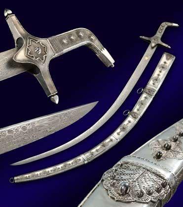 Statussymbol: In diesen persischen Krummsäbeln stecken jeweils knapp 500 Stunden Arbeit - ein solches Stück kann 50.000 Euro kosten