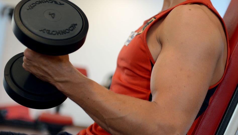 Mann in einem Fitnessstudio