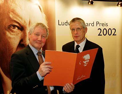 Hans Barbier, Vorsitzender der Ludwig-Erhard-Stiftung, überreicht Wolfgang Kaden den Preis