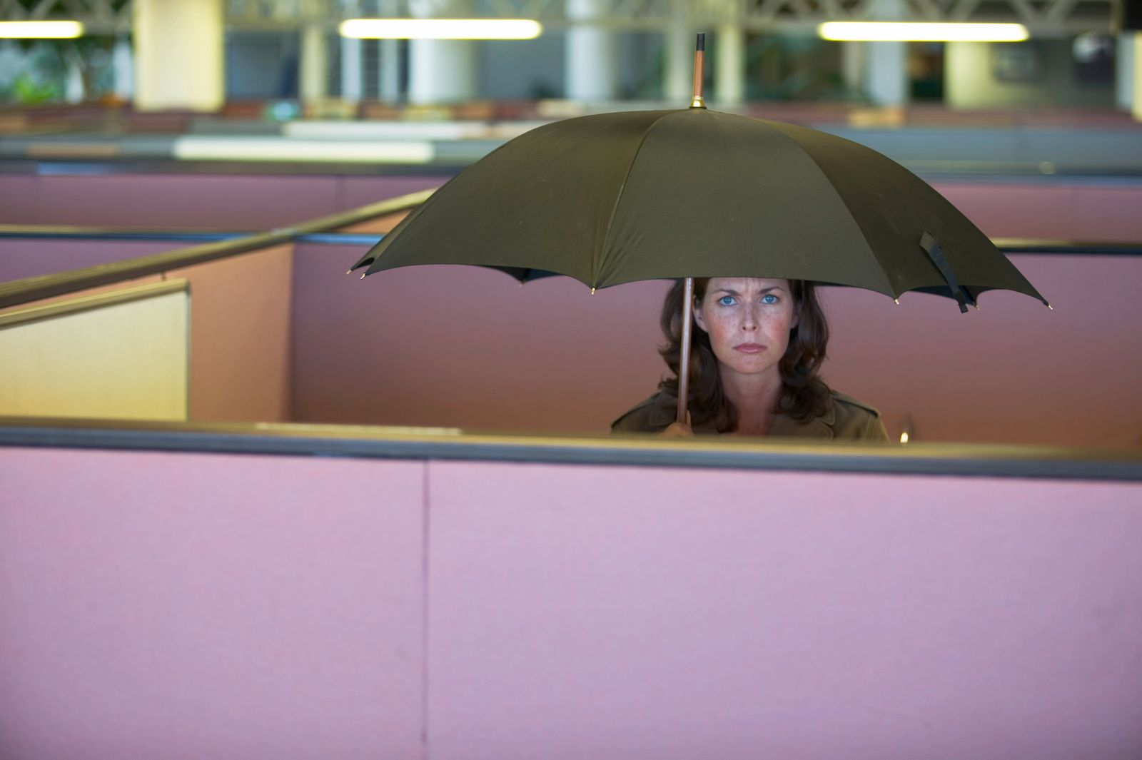 EINMALIGE VERWENDUNG Woman Holding Open Umbrella in Cubicle