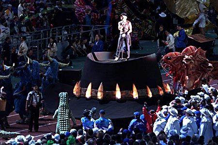 """Zu den vielen Stars der Feier zählte unter anderem """"Crocodile Dundee""""-Schauspieler Paul Hogan, der auf einem australischen Hut auftrat."""