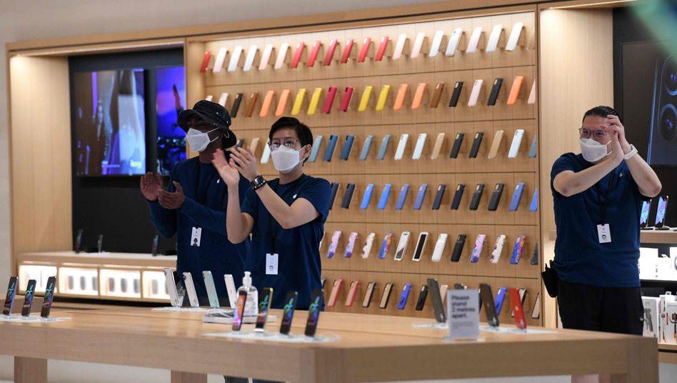 Angestellte bei der Eröffnung des Apple Stores im Resort Marina Bay Sands in Singapur