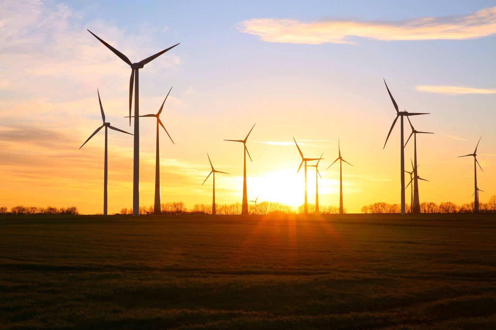 Blick am Freitag (18.12.2020) auf den Windpark Grapzow nahe der Stadt Altentreptow (Landkreis Mecklenburgische Seenplatt