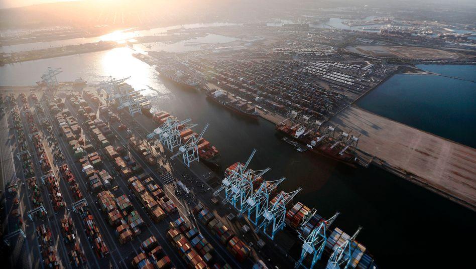 Hafen von Los Angeles: Ökonomen wissen noch immer nicht, wie schlimm es wegen der Corona-Krise wirklich für die Weltwirtschaft kommen wird.