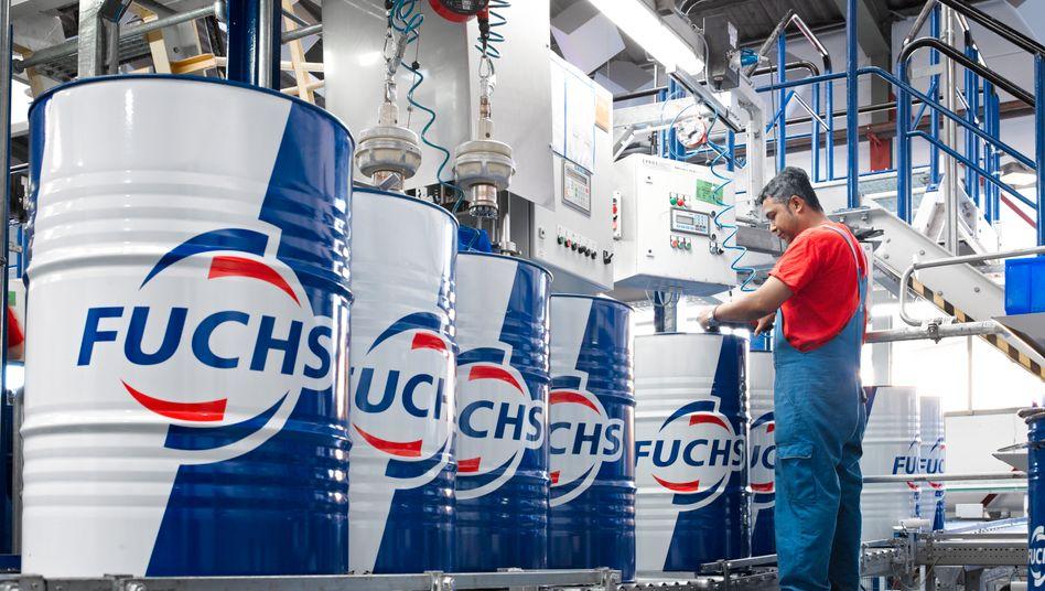 """Fassabfülllinie in der Produktion von Fuchs Petrolub: """"Wir wachsen, indem wir unseren Vertrieb in Wachstumsmärkten ausbauen"""""""