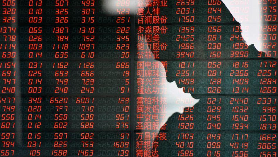 Kurstafel an der Börse: Trotz Gewinnmitnahmen am Freitag hat der Dax binnen drei Wochen 7 Prozent zugelegt. EZB, Fed und Politik lotsen Anleger weiter Richtung Risiko