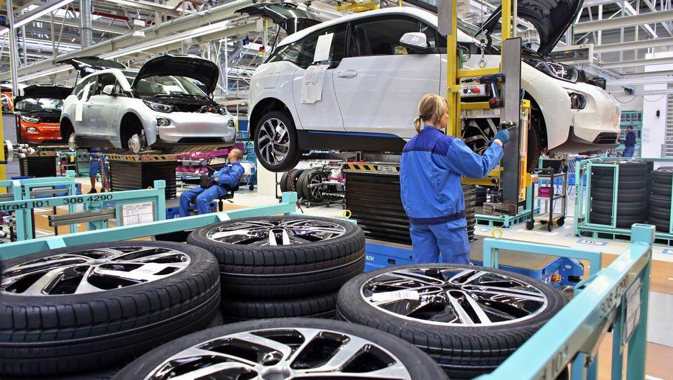 Produktion bei BMW: Angestellte in der Verwaltung, Entwicklung und anderen Abteilungen arbeuteb oft mehrere Stunden zu Hause und unterwegs