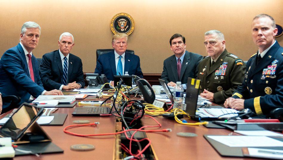 """Donald Trump (Mitte), mit Beratern und Militärs: """"Zu 100 Prozent ausradiert"""""""